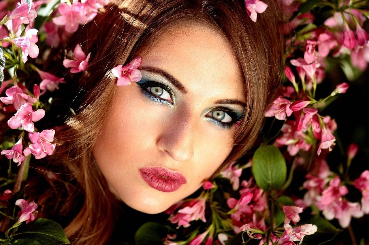 MUJER HERMOSA ENTRE FLORES